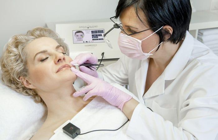 Anwendung Sinus-Thermolyse und Sinus-Blend Methode zur dauerhaften Haarentfernung mit der Nadel.