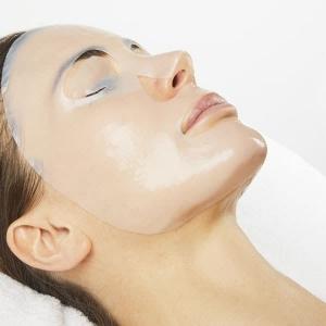 Auftragen der iSol Beauty Anti Aging Maske